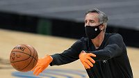 Pandemie koronaviru mění podobu NBA. Na snímku asistent trenéra San Antonia Chip Engelland.