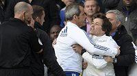 Mourinho (vpravo) se snaží zadržet svého asistenta Ruie Fariu (druhý zprava), který se sápe na hlavního arbitra duelu Chelsea - Sunderland Mikea Deana (úplně vlevo).