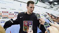 Radek Faksa hovoří s novináři po rozbruslení českého hokejového týmu.