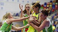 Finále play off basketbalové ligy žen USK Praha - KP Brno nabídlo pořádnou bitvu. V akci je Marija Režanová z USK mezi hráčkami Brna (zleva) Monikou Verlíkovou, Ilonou Burgrovou a Editou Šujanovou.