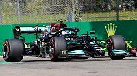 Finský pilot Mercedesu Valtteri Bottas vyhrál úvodní trénink na Velkou cenu Emilia Romagny, když o 41 tisícin sekundy porazil svého týmového kolegu Lewise Hamiltona.