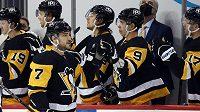 Hokejista Pittsburghu Penguins Colton Sceviour (7) slaví gól se spoluhráči na střídačce v utkání proti Washingtonu Capitals.
