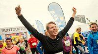 Radost z běhu, ze života. Tohle je Anna Luxová a její momentka po doběhnutí do cíle závodu RunTour.
