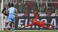 Mario Balotelli neproměňuje pokutový kop v zápase proti Neapoli.