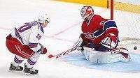 Chris Kreider z New Yorku Rangers dává gól Careymu Priceovi v brance Montrealu.