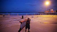 Hokejový klub Florida Panthers pronajal letadlo, kterým své hráče a další zaměstnance dopraví i s rodinami a domácími zvířaty do bezpečí před očekávaným víkendovým úderem hurikánu Irma. Guvernér státu Florida Rick Scott nařídil evakuaci půl milionu lidí z pobřežních oblastí.