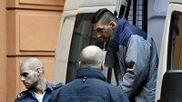 Eskorta přiváží ke Krajskému soudu v Brně obžalovaného Radima Žondru (vpravo). Státní zastupitelství ho viní z napadení tenistky Petry Kvitové. Muži za vydírání a porušování domovní svobody hrozí až 12 let vězení.