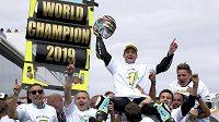 Italský motocyklový závodník Lorenzo Dalla Porta oslavuje se svým týmem zisk titulu mistra světa v kategorii Moto3.