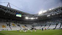 Rozcvičení hráčů Juventusu před odvetným zápasem italského poháru proti AC Milán. Zápas byl hrán kvůli pandemii koronaviru bez diváků.