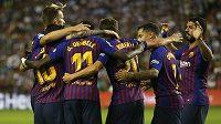 Fotbalisté Barcelony oslavují gól proti Valladolidu.