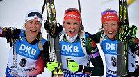 Herrmannová (uprostřed), Eckhoffová (vlevo) a Dahlmeierová. Nejlepší trio ze stíhačky na MS.