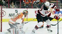 Útočník Lee Stempniak z New Jersey se snaží překonat českého gólmana Flyers Michala Neuvirtha v přípravném zápase NHL.