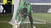Brankář Tomáš Koubek z Liberce vytahuje míč ze sítě v utkání s Marseille.