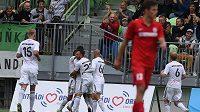 Fotbalisté Karviné se radují z Jurčova gólu, prvního na novém stadiónu.