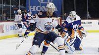 Kanaďan McDavid si za svůj zákrok na obránce Islanders Leddyho nezahraje dva zápasy.