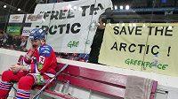 Aktivisté Greenpeace při zápase KHL mezi celky Lev Praha a Avamgard Omsk vyzvali v neděli ruskou společnost Gazprom k ukončení příprav na těžbu ropy v Arktidě.