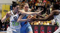 Basketbalistka USK Praha Alena Hanusová (uprostřed) se snaží prosadit proti Tugce Canitezové z Fenerbahce.