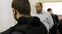 Policie přivádí Miroslava Peltu k soudu, který rozhodoval o jeho vzetí do vazby.
