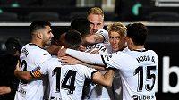 Fotbalisté Valencie se radují z gólu během utkání s Barcelonou.