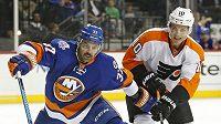 Obránce New York Islanders Brian Strait (vlevo) a Brayden Schenn z Philadelphie.