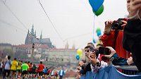 Odstartováno. Kdo má sílů, může se kochat Pražským hradem.
