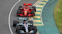 Lewis Hamilton (vpředu) v akci při velké ceně Austrálie. Těsně po startu za ním vyrazil finský jezdec Kimi Räikkönen.
