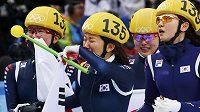 Dojaté Korejky slaví shorttrackové štafetové zlato.
