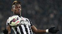 Fotbalista Juventusu Paul Pogba zpracovává míč.