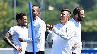 Hráči Juventusu Dani Alves, Medhi Benatia, Paulo Dybala Gonzalo Higuaín na tréninku.