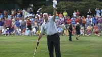 Golfista Boo Weekley zdraví diváky po vítězství v texaském Fort Worthu.