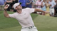 Golfista Rory McIlroy v euforii zahodil míček po triumfu na Wells Fargo Championship.