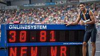 Sprinter Wayde van Niekerk s novým světovým rekordem v běhu na 300 m během atletického mítinku Zlatá tretra.