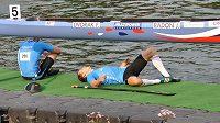 Nejtěžší semifinále v kariéře. Jaroslav Radoň odpočívá na mole po vyčerpávajícím semifinálovém závodě na 1000 metrů na mistrovství světa v německém Duisburgu. Vedle něj sedí Filip Dvořák (vlevo).
