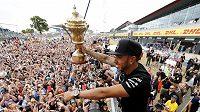 Britský jezdec F1 Lewis Hamilton ze stáje Mercedes slaví s fanoušky vítězství v Silverstonu.