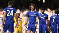 Zklamaní fotbalisté Chelsea v čele s Davidem Luizem po porážce od Crystal Palace.