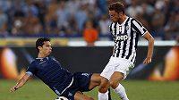 Claudio Marchisio z Juventusu (vpravo) bojuje o míč s Hernanesem z Lazia Řím.