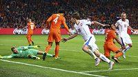 Josef Šural (18) jásá poté, co dal druhý český gól proti Nizozemsku. Na zemi leží brankář Jeroen Zoet, bezmocní už jsou Virgil van Dijk (4) i Jairo Riedewald (5), vpravo Jiří Skalák.