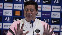 Trenér PSG Mauricio Pochettino reaguje na dotazy novinářů na tiskové konferenci před startem nové sezony francouzské ligy.