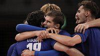 Volejbalisté Francie se radují ze zisku zlaté medaile na olympiádě v Tokiu.