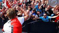 Radost po zisku titulu měl Kuyt obrovskou. Několikrát se zdravil i s fanoušky.