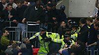 Rozvášněné fanoušky musela uklidnit policie.