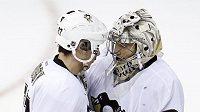 Sidney Crosby děkuje brankáři Tučňáků Andre Fleurymu po vítězství Pittsburghu nad Capitals.