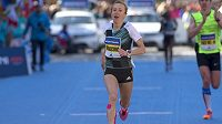 Nejlepší česká závodnice Eva Vrabcová v cíli 18. ročníku pražského půlmaratonu.