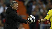 José Mourinho podává míč asistentu rozhodčího Webba, kterému po utkání nemohl přijít na jméno.