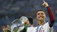 Portugalec Cristiano Ronaldo s trofejí po triumfu ve finále ME.