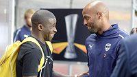 Bývalý sparťanský fotbalista Rio Mavuba (vlevo) se zdraví s hráči Bordeaux na tréninku v Edenu.