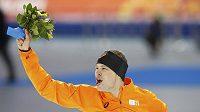Nizozemský rychlobruslař Sven Kramer oslavuje triumf v olympijském závodu na 5000 metrů.