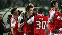 Fotbalisté Alkmaaru se radují ze vstřelení gólu (ilustrační foto).