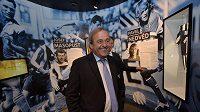 Prezident UEFA Michel Platini se zúčastnil otevření nového sídla Fotbalové asociace ČR v Praze na Strahově. Na snímku je v Síni slávy.