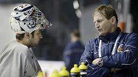 Brankář Ondřej Pavelec a trenér Alois Hadamczik na úterním tréninku české hokejové reprezentace ve Stockholmu.